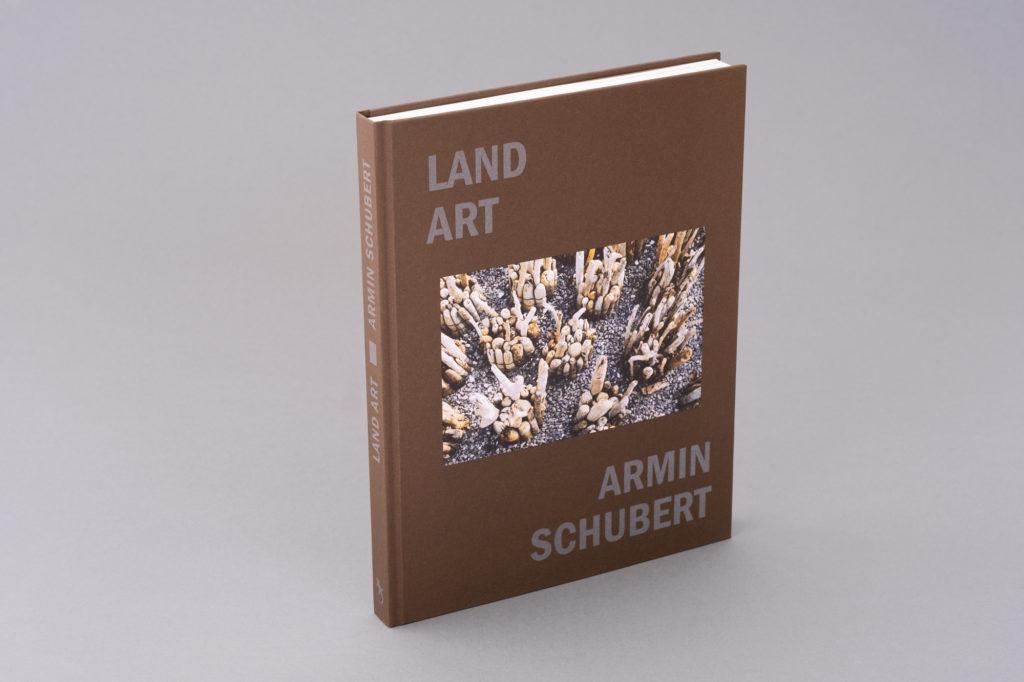 Land Art Kunstbuch des Vorarlberger Künstlers Armin Schubert. 160 Seiten, Hardcover, Bucher Verlag. Umfangreiche Werkschau und Überblick über die Land Art Projekte Schuberts